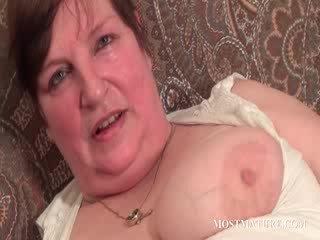 Chesty ώριμος/η satisfies puss με dildo