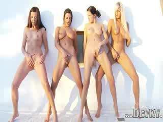 Čtyři lesbička dolls prstoklad spolu