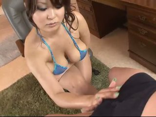 Gros seins asiatique en blue bikini blows une bite