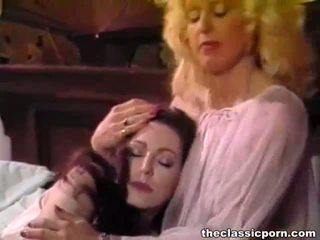 Retro lesbica pulcini dolce scopata su il letto