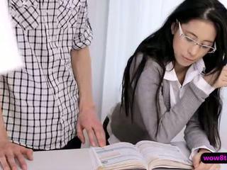 Flirty geek азиатки тийн finger прецака след това stuffed трудно