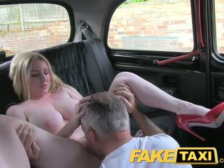 Faketaxi blonda bomba sexy cu mare tate gets frumos creampie în taxi