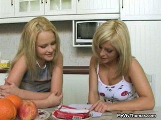 Künti astonishing blondinka lezbiýanka babes owşamak