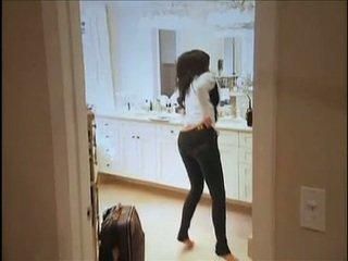 Kim kardashian flashes haar oustanding boezem en mollig anus terwijl in sofa