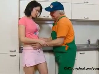 Niegrzeczne nastolatka dziewczyna pays an stary repairman na praca z jej młody ciasne dupek