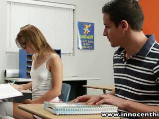 Innocent teen takes schwanz im die classrom