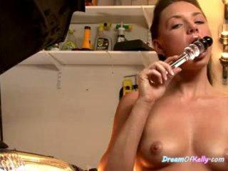Kelly the mechanic loves na masturbate v ich auto obchod