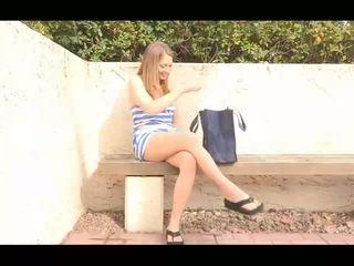 Adrianna sporty innocent bruneta fata dezbracare și arată gol pasarica și pozand gol și toying pasarica outdoors