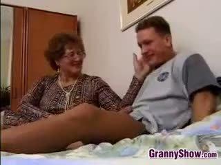Баба gets прецака от grandson в право