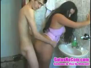 Magrelo chega fodendo a morena nē banheiro