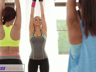 Fitnessrooms yoga niñas llegar creampied en un yoga clase trío