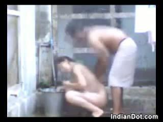 Geil indisch aunty neuken en baden