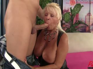 Голям бюст блондинки gilf mandi mcgraw enjoys малко хуй: hd порно f5