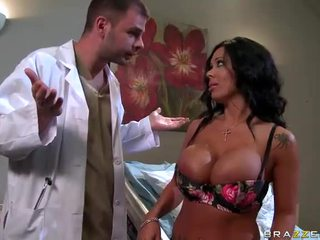 Sienna west gets son sexy cul examined par docteur