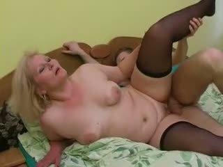 Секси баба lena съблазнявам млад alex
