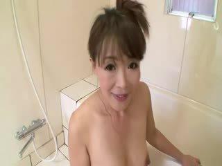 아시아의 성숙한 에 샤워 sucks 에 수탉 전에 stimulating 그녀 자신