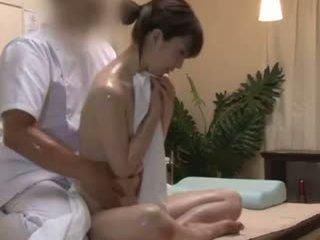 Spycam reluctant teengirl seduced par masseur