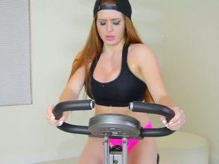 Veronica vain pleasures 她的 squirting 的阴户 后 squat 和 twerk 锻炼