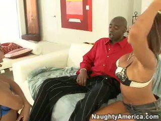 Concupiscent swarthy 妓女 rane revere 和 她的 性感 朋友 咂 一 大 黑色 公雞 棒