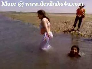 Pakistanilainen sindhi karachi aunty alaston river bath
