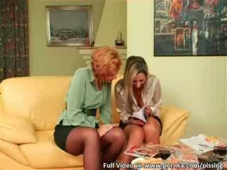 Two ragazze giocare pee sesso giochi con giovane stallone