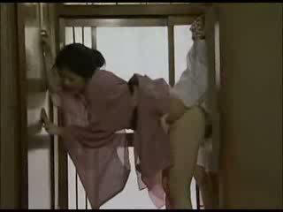 Japoniškas namų šeimininkė į kimono pakliuvom video