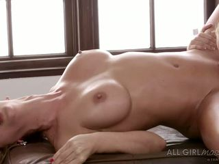 Aaliyah love massages her father s new aýaly in her own way