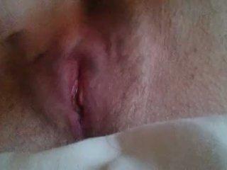 Tyttö masturboimassa til hän comes lähellä ylös