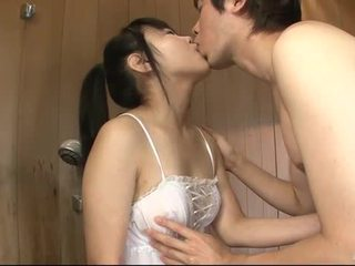 Japonesa nena uses su lengua