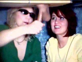 Ibu dan putri bermain dengan sebuah kontol video