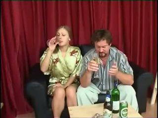 父亲 fucks 女儿 后 喝酒 啤酒