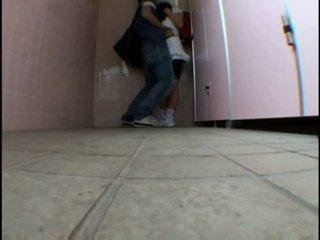 Νέος έφηβος/η molested επί schooltoilet