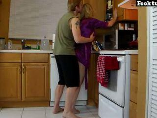 Mamma lets figlio ascensore suo e macinare suo caldi culo fino a lui cums in suo shorts