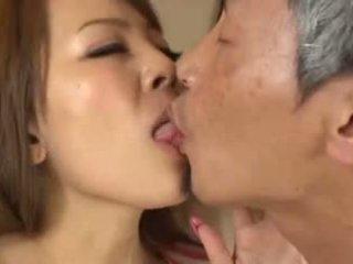 Грудаста азіатська having an старий людина смокче її груди