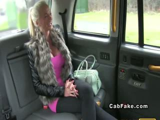 Berpayu dara besar orang finland si rambut perang bangs dalam taxi dubur realiti
