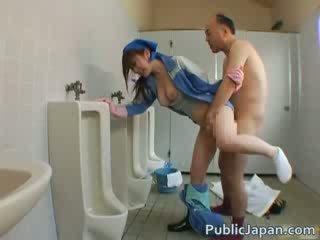 Asiatique beauty est nettoyage la mens salle