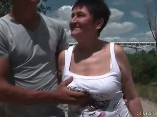 Berpayu dara besar nenek seks / persetubuhan beliau muda boyfriend di luar