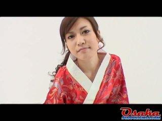 Eri je the svež geisha da learns kako da kiss banana in does to kot a expert