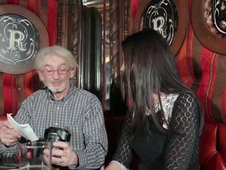 Noor tütar tempting vanaisa koos noor tussu seks