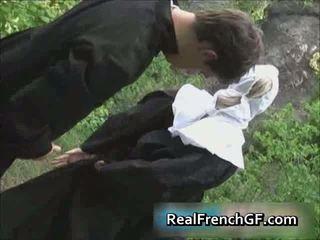 Slutty ranskalainen nunna perseestä ulkopuolella porno