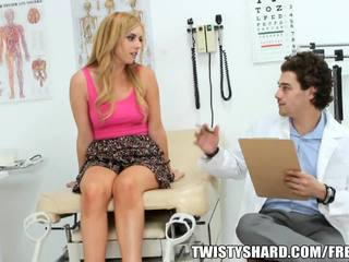 Lexi belle visits тя лекар към имам а професионален opinion onto тя jugs