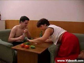 মা এবং ছেলে takes বিভিন্ন drinks