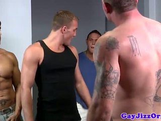 Alex andrews gets two cocks en son bouche