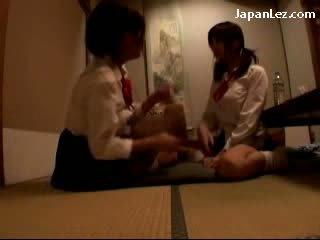 Γκόμενα σε στολή getting αυτήν shoulder massaged φιλιά βυζιά rubbed fingered επί ο πάτωμα σε ο δωμάτιο