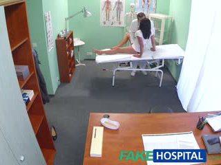 Fakehospital حار أسود haired موم cheats في hubby مع الطبيب