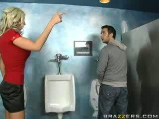 Betrunken milf sucks im toilette!