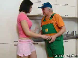 Dasha is waiting op haar keuken counter alone in een roze outfit vandaag