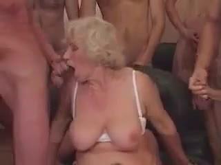 Γιαγιά norma σε ένα γαμήσι από συμμορία