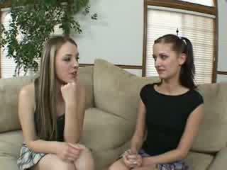 Lezbike schoolgirls finger dhe lëpirje