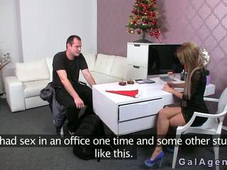 Female agent gives en fotsex i henne kontors